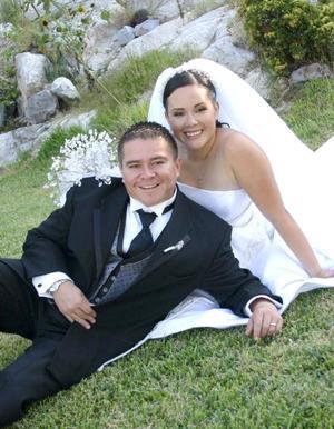 Lic. Juan Francisco Landeros Ortega e Ing. Leilani Flores Carrillo contrajeron matrimonio religioso en la parroquia Los Ángeles el sábado dos de octubre de 2004.