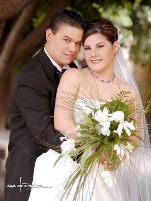 Sr. Roberto Hurtado Leyer y L.P. Araceli Bernal Flores contrajeron matrimonio religioso en la parroquia de San Pedro Apóstol, el sábado 11 de septiembre de 2004