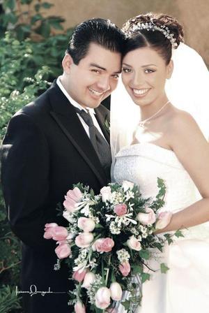 Lic. Jesús Ernesto Torres Uribe y Lic. Dulce María Gutiérrez Sánchez contrajeron matrimonio religioso en la capilla de la Santa Cruz de Casa de Cristiandad el sábado 16 de octubre de 2004