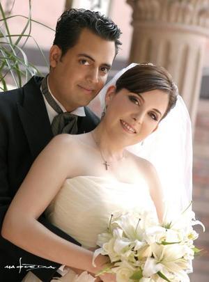 Sr. Armando Martínez Alcázar y Srita. Paola González Valdés contrajeron matrimonio religioso en la parroquia de nuestra Señora de la Virgen de la Encarnación, el sábado cuatro de septiembre de 2004.