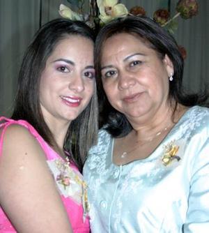 Alfa Ávila Carranza junto a su mamá el día de su fiesta de despedida de soltera