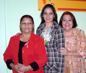 Carmina Cabelaris Domínguez, en compañía de las organizadoras de su fiesta de despedida