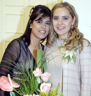 <u><i> 17 de noviembre de 2004</u></i><p> Paty Ramos y Paulina su hermana en su fiesta de despedida.