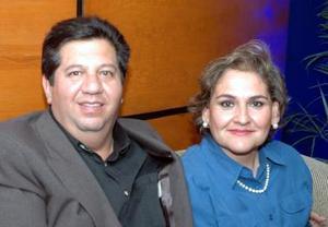 <u><i> 17 de noviembre de 2004</u></i><p> Wilfrido y Lorena Treviño, en reciente convivio.