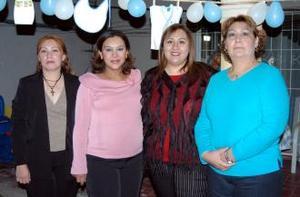 Georgina Soto de Pérez, Claudia y Anel Pérez le organizaron  una fiesta de canastilla