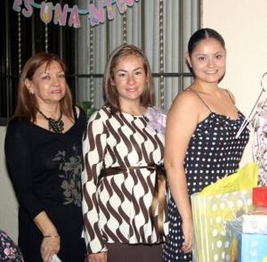 <u><i> 16 de noviembre de 2004</u></i><p> Rosa María Luna de Rangel , acompañada por las organizadoras de su fiesta de canastilla .
