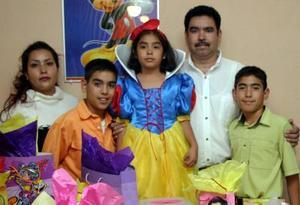 <u><i> 15 de noviembre de 2004</u></i><p> Silvia Nayelii Hernández Fernández captada el día que celebró su octavo cumpleaños con una divertida piñata junto a sus papás y hermanos.
