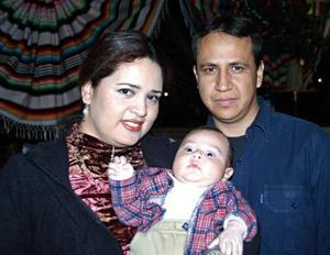 Eduardo Saucedo Escobedo y Nohemí Acevedocon su hijito Eduardo