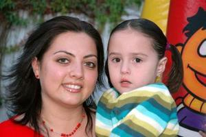Claudia Serna de Medrano con su hija Débora Medrano.