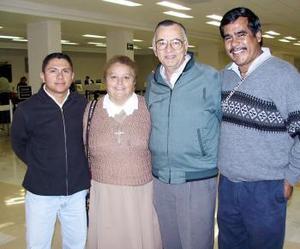 <u><i> 17 de noviembre de 2004</u></i><p> Roberto Oliveros viajó a Brasil  y lo despidieron Jesús Díaz, Jesús Torres y Héctor Mijares