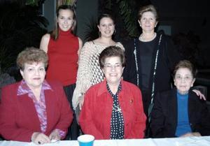 Alejandra Galván de Humprey con un grupo de amistades.