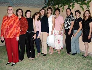 Lourdes C. de De Santiago disfrutó junto con sus amistades de una fiesta de cumpleaños