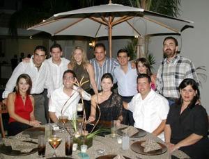 Nessin Issa, y Ramón González en compañía de sus amistades en una fiesta que les ofrecieron por sus respectivos cumpleaños.