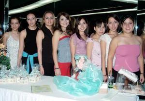Silvia Denice Leal Romo con un grupo de amistades.