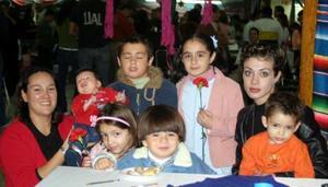 <u><i> 17 de noviembre de 2004</u></i><p>  Valeria Daccarett con sus hijos valeria, Eduardo y Ferid Briones Deccarett Alejandra Briones y sus hijos Mariana, Emiliano y Cristóbal García Briones.