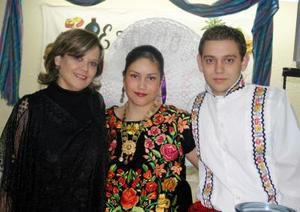Marilú Arenal, Mariel y Héctor Garza.