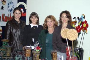 Mary José Díaz, Alma Aguilera, Gloria Grajales y Bety ofrecieron a la comunidad artesanías  y manualidades.