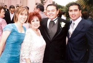 <u><i> 18 de noviembre de 2004</u></i><p>  Yolanda Cantú de González, Mónica de Lara, Raúl Armando González Cantú y Eugenio Betancourt, en reciente matrimonio