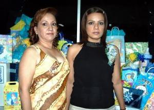 Flor Monsiváis de Romero junto a su mamá Blanca Hernández en su fiesta de canastilla