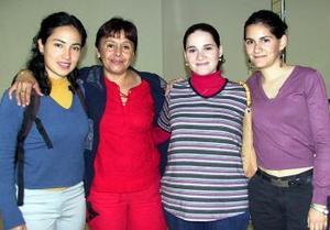 <u><i> 18 de noviembre de 2004</u></i><p> Montserrat González y Guadalupe Elizalde viajaron al DF, las despidieron Grethel y Daniela