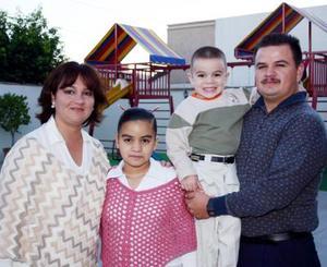 <u><i> 18 de noviembre de 2004</u></i><p>  Michelle y Alejandra López Reyes con sus papás, Jaime Kópez y Claudia Reyes