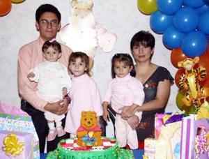 La pequeña Ana Karen Gómez Palomo acompañada por su familia el día de su primer cumpleaños