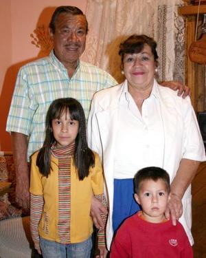 Lenny Betsabé Menchaca Moreno acompañada por sus abuelitos Carlos Menchaca y Lenny Fabián de Menchaca  y por su hermana el día de su noveno cumpleaños