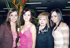 <u><i> 20 de noviembre de 2004</u></i><p> Iraida Anaya Treviño con sus hermanas  mamá el día de su despedida de soltera