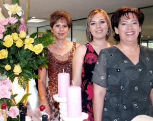 Lic. Grace Haide Reyes en su despedida de soltera junto a las señoras Margarita Mena y María de Lourdes González de Armendáriz.