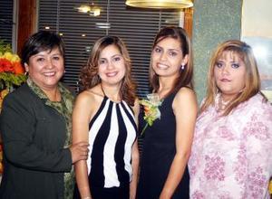 Mayela Hurtado Soto recibió múltiples felicitaciones, en la despedida de soltera que le organizaron su mamá y hermanas en días pasados