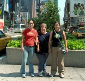 Lupita del Río de Fernández con sus hijas Claudia y Lupita en Nueva York.
