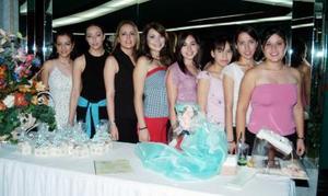 Silvia Denice con una grupo de amistades el día de su despedida