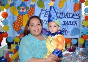 Victor Yahir de Santiago Martínez con su mamá María de Lourdes Martínez