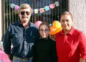 Pamela Ayup Muñoz en su fiesta de cumpleaños con sus papás