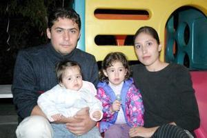 Christian y Stephania Urby acompañados de sus papás