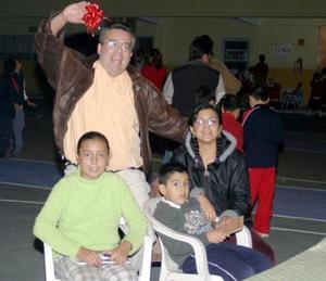 Raúl y Esperanza Mora con sus hijos