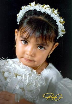 Niña Marlen Adilene Reyes Puga, en una fotografía de estudio con motivo de su cumpleaños número tres