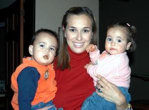 Iziar de Cuesta con los pequeños Rogelio Ramírez y Susana Cuesta