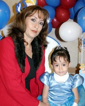 Cynthia Denisse Martínez Guardado junto a su mamá Norma Guardado