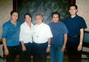 <u><i> 22 de noviembre de 2004</u></i><p>  Susana Vidaña, Cecilia Wong, Luis Fernando y Jaime Maldonado acompañados por el excmo. Sr. Obispo don José Guadalaupe Galván Galindo.
