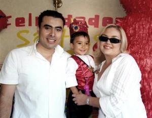 El pequeño Santiago Adolfo Juárez González en su fiesta de cumpleaños con sus papás.