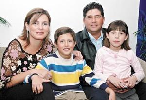 Mauricio Treviño y Maribel de Treviño celebraron recientemente 16 años de casados, en compañía de sus hijos.
