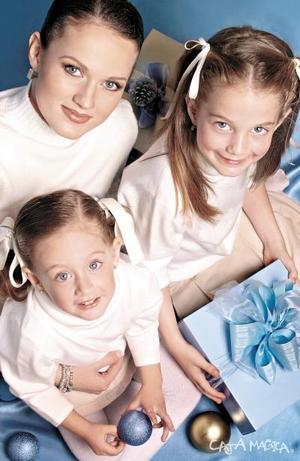 <u><i> 22  de noviembre de 2004</u></i><p>  Rocío Rodríguez de Dugay con sus hijas Mary Sofi y Bárbara, en espera de la Navidad.- Estudio Caja Mágica.