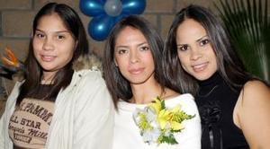 Brenda Romero Grimaldi acompañada por sus amigas en la despedida que le organizaron.