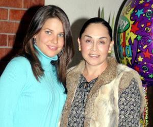 <u><i> 24 de noviembre de 2004</u></i><p> Gaby del Bosque de Barrios junto a Lupita de Barrios, el día que celebró su cumpleaños