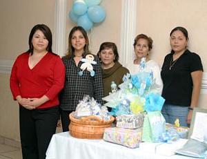 <u><i> 23 de noviembre de 2004</u></i><p> Por el cercano nacimiento de su primer bebé, Marcela Rodríguez de Pimentel disfrutó de una fiesta de regalos en compañía de sus familiares
