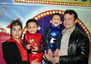 Alan y Ramsés Rivas Rodríguez junto a sus papás Felipe Rivas y Beatriz Rodríguez de Rivas