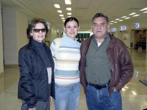 Lorena Cabado viajó a Honduras y fue despedida por Manuel y Ana Lucía Cabada.