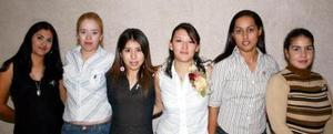 Alejandra García con algunas amigas el día de su despedida de soltera.