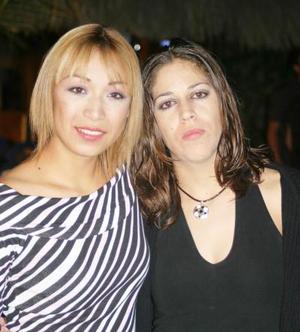 <u><i> 25 de noviembre de 2004</u></i><p> Vicky Cisneros y Maricela Santos Salas disfrutaron de una agradable convivio.